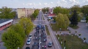 Vitryssland Mosty, - kan 2019: Cykelritt till och med den flyg- sikten för stadsgator från surret royaltyfri bild