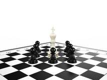Vitschackkonungen som omges av svart schack, pantsätter på en schackbräde Arkivbilder