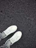 Vitskor på asfalt Arkivfoton