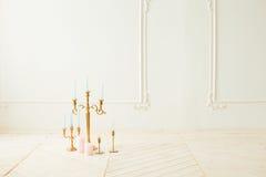 Vitstearinljus på ljusstaken i ett rum Royaltyfri Foto