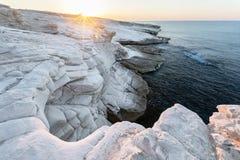 Vitstenar på soluppgång, Monagroulli by, Cypern arkivfoto