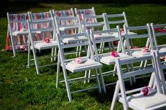 Vitstolar för en bröllopceremoni Royaltyfri Bild