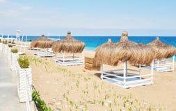 Vitstolar på strandsemesterorten berömda Amara Dolce Vita Luxury Hotel semesterort Tekirova-Kemer kalkon Fotografering för Bildbyråer