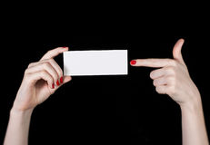 Vitt affärskort i kvinnliga händer arkivfoton