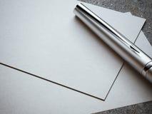 Vitt affärskort med den lyxiga silverpennan Royaltyfria Bilder