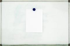 Vitt ark av papper som fästas till de gamla smutsiga magnetiska brädewina Arkivbild