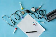 Vitt arkpapper med den svarta pennan och kulöra olika piller royaltyfri fotografi