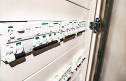 Vitt automatiskt och differenser i elektrisk panel royaltyfri foto