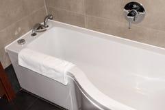 Vitt badkar i badrummet Royaltyfri Bild
