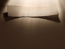 Vitt band med pilbågen på en bakgrund arkivfoton