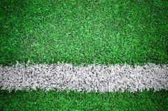 Vitt band på det gröna fältet Arkivbild