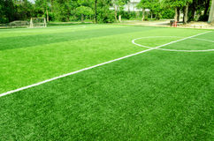 Vitt band på konstgjort grönt gräs av fotbollfältet Royaltyfri Fotografi
