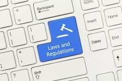 Vitt begreppsmässigt tangentbord - blått nyckel- för lagar och för reglemente med auktionsklubbasymbol royaltyfri bild