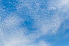 Vitt bildande för altocumulusmoln med blå himmel Arkivbilder