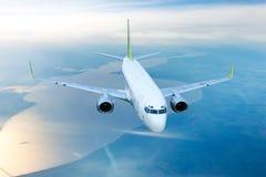 Vitt borgerligt flygplan i himlen arkivfoton