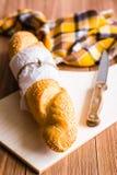 Vitt bröd eller bagett och kniv Royaltyfri Foto