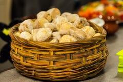 Vitt bröd i träkorg royaltyfri bild