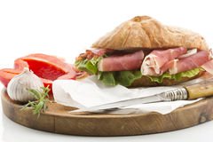 Vitt bröd med skinka från vitlök för Söder-Tirol spansk peppargrönsallat tjänade som på träbräde Royaltyfri Foto