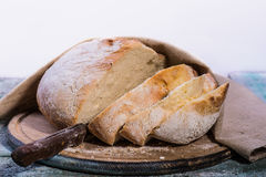 Vitt bröd på en träbakgrund Arkivfoton