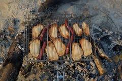Vitt bröd som rostas på ett utomhus- galler Fotografering för Bildbyråer