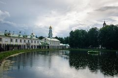 Vitt damm Sergiev Posad i regnet arkivbild