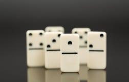 Vitt domino som visar ledaren eller vinnaren Arkivbild