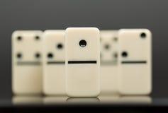 Vitt domino som visar ledaren eller vinnaren Royaltyfri Foto