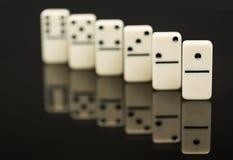 Vitt domino som visar ledaren eller vinnaren Arkivfoton
