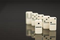 Vitt domino som visar ledaren eller vinnaren Royaltyfria Bilder
