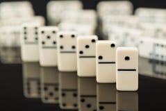 Vitt domino som visar ledaren eller vinnaren Royaltyfri Bild