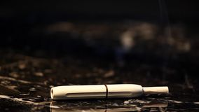 Vitt elektroniskt rökapparatmörker marmorerar bakgrund inget arkivfilmer