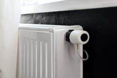 Vitt element för uppvärmning med regulatorn av värme i vardagsrum arkivfoton
