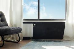 Vitt element för uppvärmning med regulatorn av värme i vardagsrum royaltyfria foton