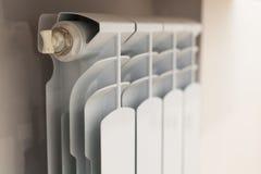 Vitt element för uppvärmning med regulatorn av värme i vardagsrum fotografering för bildbyråer