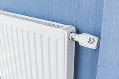 Vitt element i en lägenhet med blåa väggar arkivbild