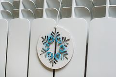 Vitt element i huset med den symboliska snöflingan royaltyfria bilder