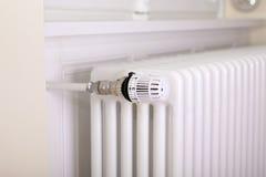 Vitt element med den vita termostaten royaltyfria bilder