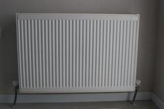 Vitt element Uppvärmningelement Nytt uppvärmningelement på en väggbakgrund arkivfoton