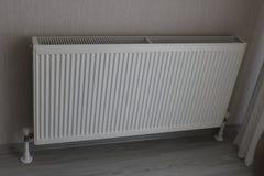 Vitt element Uppvärmningelement Nytt uppvärmningelement på en väggbakgrund royaltyfri bild