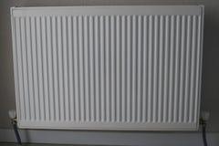 Vitt element Uppvärmningelement Nytt uppvärmningelement på en väggbakgrund arkivbild