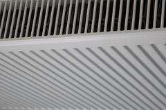 Vitt element Uppvärmningelement Nytt uppvärmningelement på en väggbakgrund royaltyfria foton