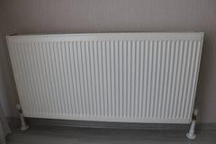 Vitt element Uppvärmningelement Nytt uppvärmningelement på en väggbakgrund royaltyfri fotografi