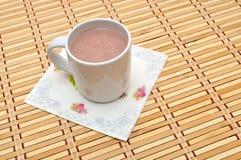 Vitt exponeringsglas av varm choklad arkivbild