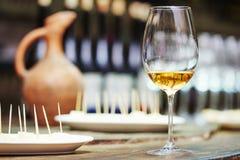 Vitt exponeringsglas av vin för att smaka Arkivfoton