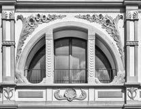 Vitt fönster för halvcirkel som korsas av dekorerade kolonner Royaltyfria Bilder