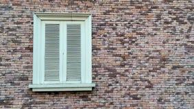 Vitt fönster för tappning på tegelstenväggen Royaltyfri Foto