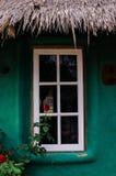 Vitt fönster med den gröna väggen Fotografering för Bildbyråer