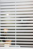 Vitt fönster med ett vertikalt filter det fördelande ljus royaltyfria bilder