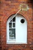 Vitt fönster på tegelstenfaçade fotografering för bildbyråer
