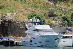 Vitt fartyg över berget Royaltyfria Foton